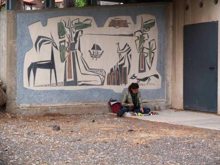 Dessinant devant le centre d'art